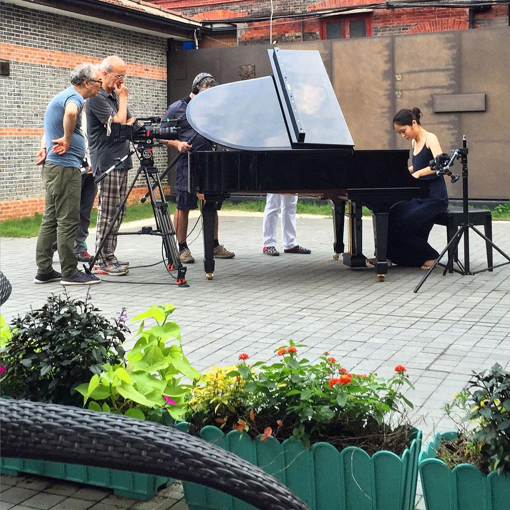 在上海犹太难民纪念馆拍摄钢琴家朱昊冰;由左至右:尼古拉·扎维格利亚、卡洛斯·费兰德(Carlos Ferrand)、奥利维尔·雷杰(Olivier Léger)。